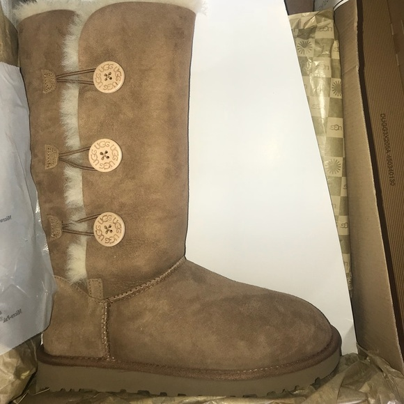 a582c0bb35c UGGS || BAILEY BUTTON TRIPLET BOOT NWT